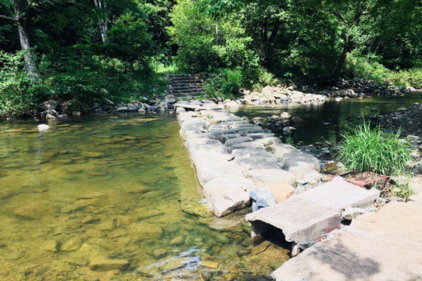 川を渡るための石段